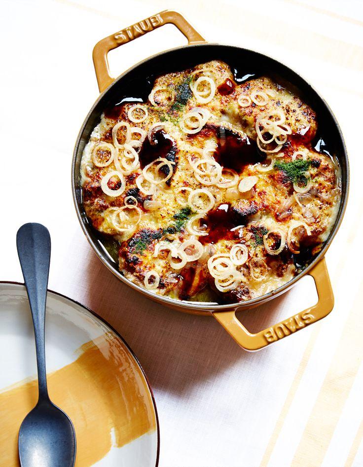 Recette Soupe de pain comme une gratinée de Christian Le Squer : Pelez et émincez 1 kg d'oignons en fines lamelles.Faites fondre 30 g de beurre demi-sel dan...