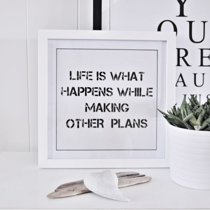 Snygg tavla med texten; Life is what happens while making other plans Inkl. vit ram.