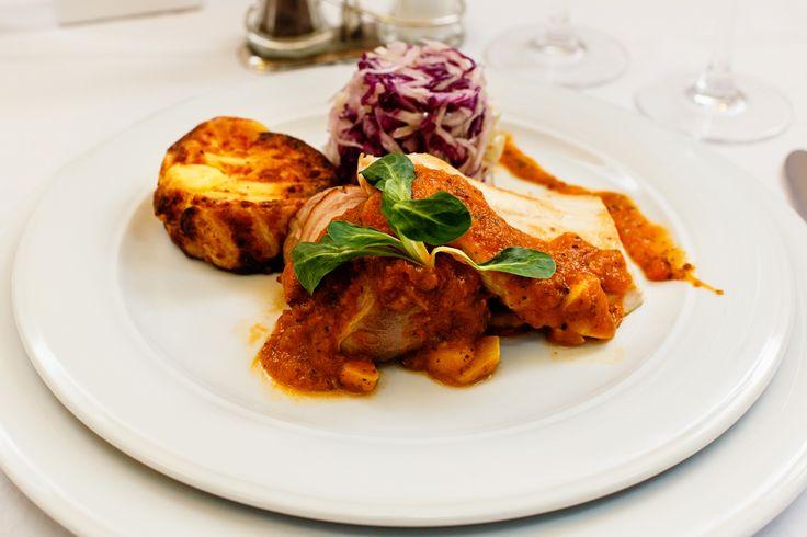 Wedding menu 2016 - Fel principal => Mix de muschiulet de porc cu bacon, piept de curcan si cartofi gratinati la cuptor, sos de rosii si usturoi si salata de varza alba si rosie. Check it out: http://www.conacularchia.ro/nunti-botezuri/