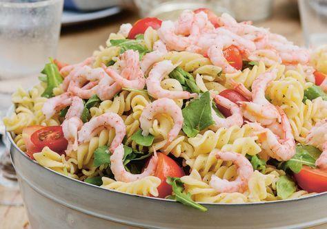 Pastasalat er praktisk og enkelt å servere hvis du venter mange gjester. Det passer også til koldtbord. Denne smaksrike ostesausen er basert på kremost og kan dessuten brukes som base til andre pastaretter. - Det er to virkelig geniale egenskaper ved pastasalat. Først og aller viktigst: Å lage en ordentlig god pastasalat er lett, bare du passer på å ikke overkoke pastaen. Dvask pasta uten noen form for motstand når du spiser, er kjedelig både i smak og i konsistens. Det er heller ikke van...