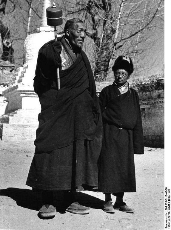 File:Bundesarchiv Bild 135-S-12-46-30, Tibetexpedition, Mönch mit Gebetsmühle.jpg Title Tibetexpedition, Mönch mit Gebetsmühle Original caption Lhasa, Riesenlama mit Gebetsmühle Depicted place Tibetexpedition Date 1938