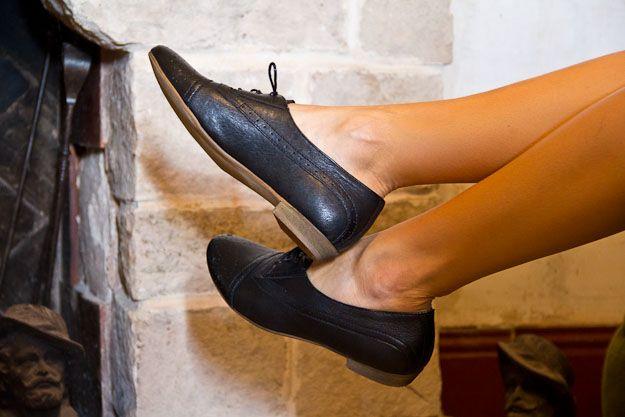 Zapatos tipo Oxford. Los zapatos tipo Oxford siguen estando de moda. Uno de los motivos es que se pueden combinar con todo tipo de prendas, desde unos jeans pitillo, shorts, faldas y hasta vestidos.  En el look de esta semana incluimos unos zapatos de aire masculino sin restar ni un ápice de feminidad al conjunto. Compruébalo tu mism@!