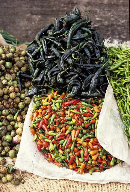 Peppers in a Mexican market....    Tomates (Si los verdes son tomates) ,Chilacas (verde oscuro), chile jalapeños (colores) y  chile de arbol (verdes)