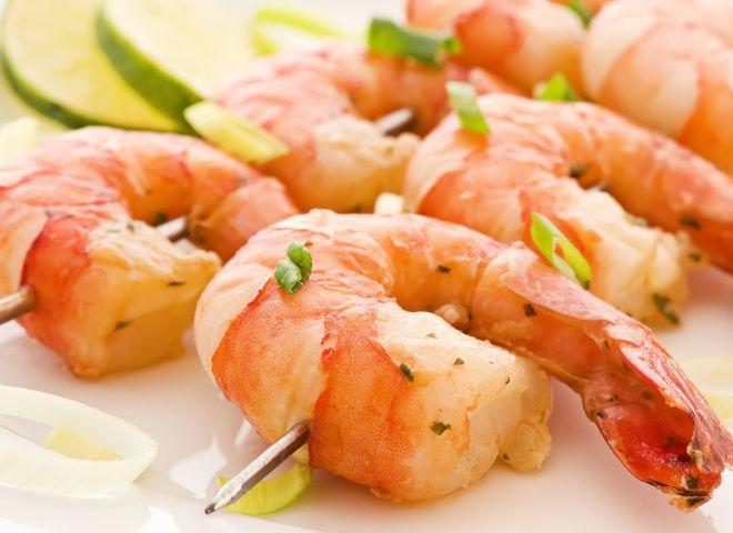 Кто не любит креветки? Креветки любят все! Креветки, приготовленные в сливочном соусе – особенно нежные.    Это блюдо идеально подавать с рисом на гарнир или со свежими овощами.    Ингредиенты:     тигровые креветки 12 шт.,   масло 2 ст.л.,   морковь 1