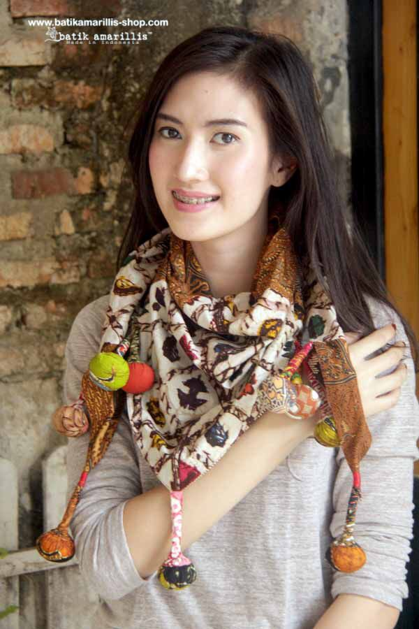 Truly Essentials!! batik amarillis's mini BLT shawl  This Unique & reversible triangle shawl is a true art of patchworking ♥ accented with  our signature batik 'Lollies'  made of various batik of Indonesia , this scrumptious shawl is your best accessories for all year round!