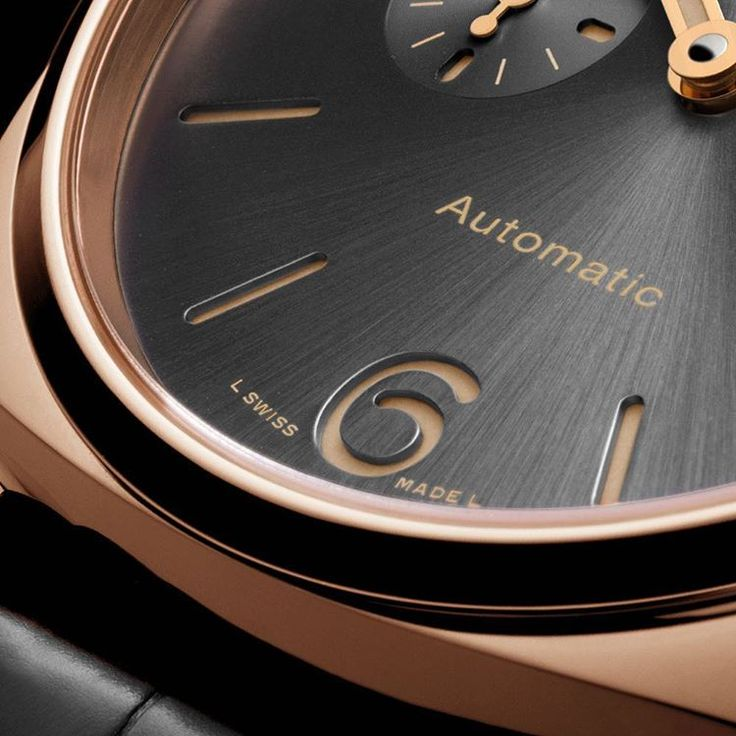 The elegance of the Luminor Due 3 Days Automatic Oro Rosso is accentuated by the satiné soleil treatment of the anthracite grey dial. Its design, with the distinctive sandwich structure, is minimalist, in perfect Panerai style. #paneraisandwichdial