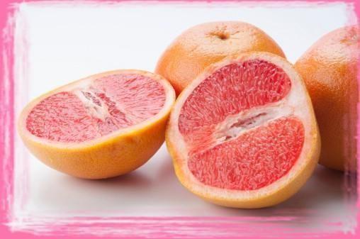 Классическая грейпфрутовая диета для похудения и вариант с яйцом, отзывы  Грейпфрутовая диета для похудения дает возможность лучше познать этот удивительный фрукт, полезные свойства которого, в отличие от его происхождения, очевидны и известны всему миру. При похудении грейпфрут употребляла и знаменитая «железная леди» Маргарет Тэтчер, что делает его репутацию еще безупречней.  Грейпфрут не препятствует усвоению липидов в организме, как считают некоторые, хотя он понижает секрецию и выброс…