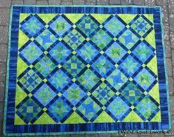 Dette patchworktæppe har været måneds tæppet 2014. Et super flot patchwork tæppe, hvor alle kan være med. Patchwork mønster med alle papskabeloner,