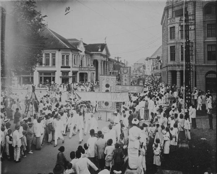 Funeral of Major Tjong A Fie in Medan, North Sumatra. 1921.  File:COLLECTIE TROPENMUSEUM De menigte in een straat te Medan bij de Chinese begrafenisstoet van de op 4 februari 1921 overleden majoor Tjong A Fie TMnr 60043493.jpg