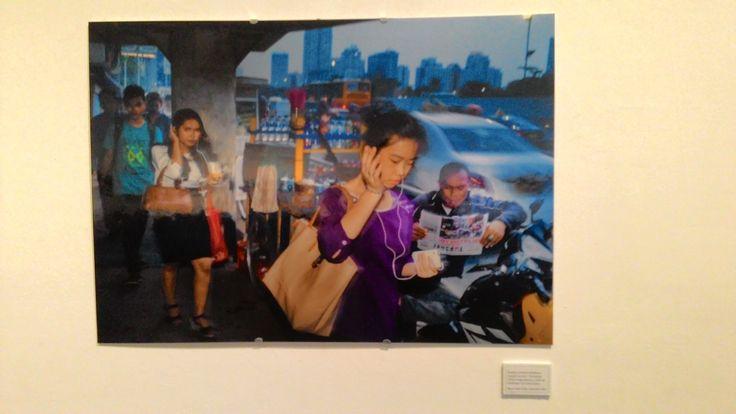 """Earphone membuat perjalanan menjadi """"me time"""". Perempuan sering menggunakannya untuk tak mendengar suara jahil di jalan.  Foto karya Erik Prasetya. Pameran Fotografi Erik Prasetya: Estetika Banal di Galeri Salihara."""