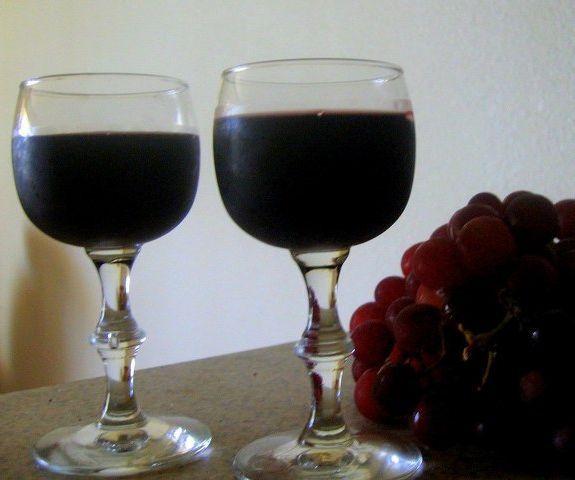 Şarap yapımı Şarap yapmanın birçok yöntemi var. Ben burada şehrin ortasında apartmanda yaşayan ve hobi olarak kendi şarabını yapmak isteyenler için uygun olan yöntemi basit bir şekilde sizlere anlatmak istiyorum. İyi şarap kullanılacak teçhizata çok para harcayarak değil, iyi bir üzümle başlayıp hijyen, sabır ve emekle olur. Şaraba herhangi bir bakterinin bulaşması şarabın içinde üreme... Tarifi »