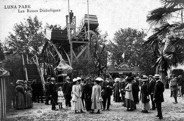 Le Luna Park parc d'attractions permanents était situé au niveau de la Porte Maillot, en bordure de Paris, ouvert en 1909 il a été fermé en 1934 et détruit en 1942.  son emplacement a été construit le Palais des Congrès.  Ouvert de 13 heures à minuit, l'entrée était à 1 franc avec une attraction gratuite, sauf le vendredi qui était le jour de la clientèle mondaine et où l'entrée était plus chère.