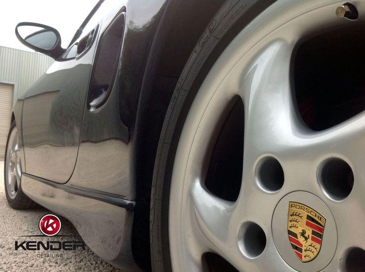 Limpieza completa de llantas y neumáticos a mano y encerados para protegerlos y darles un toque de brillo.