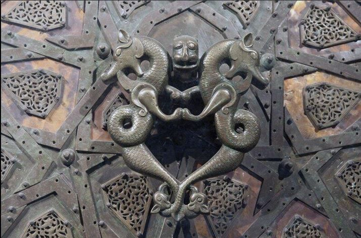 Anadolu oyma sanatının şaheserlerinden Cizre Ulu Cami kapı tokmağı