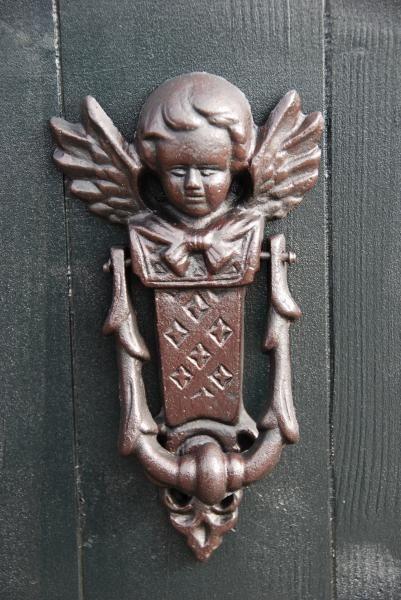 Angyalkás antikolt barna, öntöttvas ajtókopogtató.