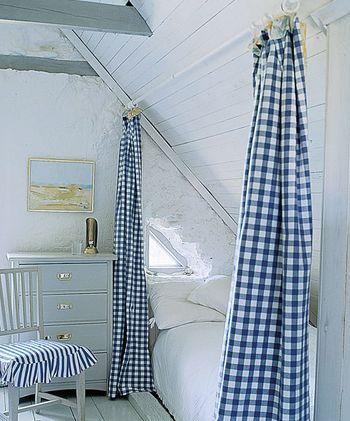チェック柄のカーテンです。心を落ち着かせる効果のあるブルーは寝室にぴったりかも。