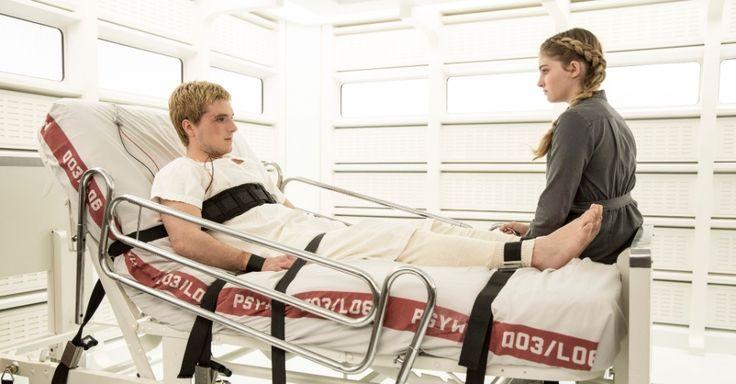 """Em """"Jogos Vorazes: A Esperança - O Final"""" (2015), Peeta é """"devolvido"""" às suas origens e tratado no Distrito 13 como ocorreu com Katniss no filme anterior. Ele está confuso e mesmo assim é enviado para a batalha na capital como parte de uma estratégia"""