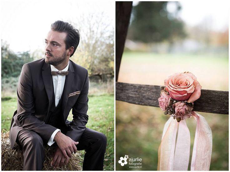 #inspiratie #huwelijk #trouwen #bruiloft #landelijk #vintage #roze #trouwthema #herfstbruiloft #buitenbruiloft #kortetrouwjurk #trouwjurk #styledfotoshoot #bruidsboeket #ladder #appelboom #enveloppendoos #trouwdag #bruidegom #trouwpak #strik #bowtie #