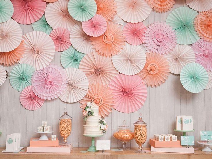 Les rosaces en papier rose poudré, menthe givrée et pêche Sous le Lampion http://www.vogue.fr/mariage/adresses/diaporama/un-mariage-sous-le-lampion-decoration-de-mariage/21600#!les-rosaces-en-papier-rose-poudre-menthe-givree-et-peche-sous-le-lampion