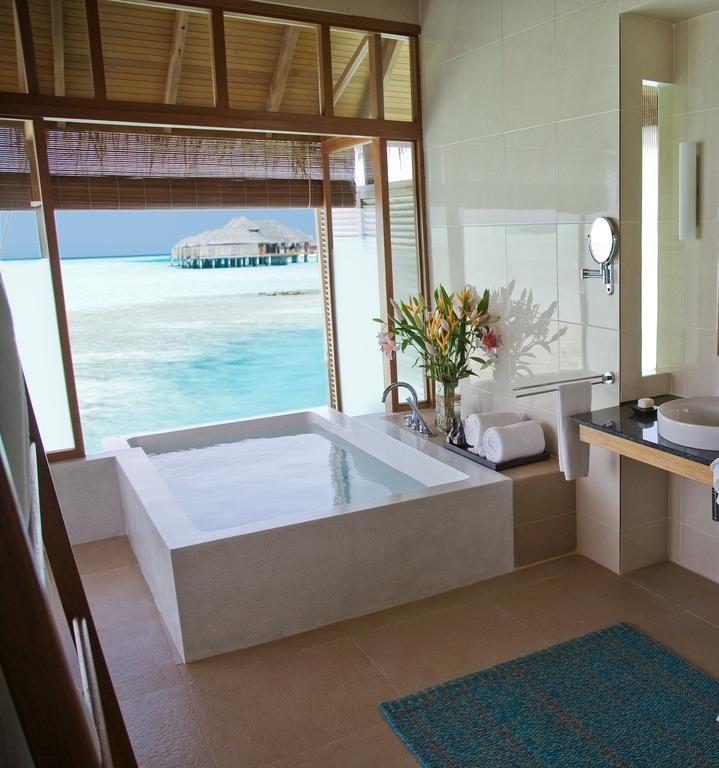 O Anantara Veli Maldives oferece uma experiência litorânea completa, incluindo centro de esportes aquáticos, belas praias e bangalôs de luxo sobre a água.