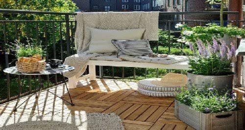Même si c'est un balcon, pour aménager son extérieur en espace de détente avec du bois, des canisses, un mobilier peu encombrant, des idées déco cueillies sur Pinterest