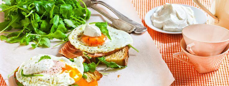 Αβγά με ρόκα, προσούτο και γιαούρτι