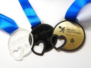 Akcje charytatywne to świetna sprawa, z tej okazji można wygrać równie świetny medal.Wykonany jest z pleksi i laminatu grawerskiego, z wyciętym sercem o trzech różnych kolorach.