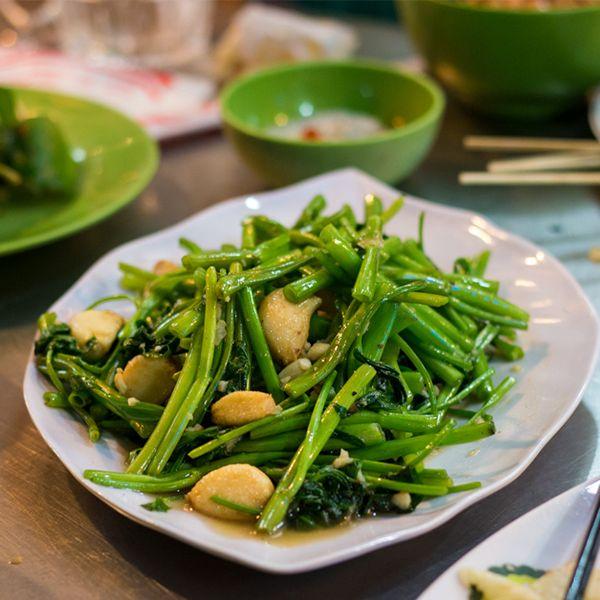 Raumuong: Sarımsakla birlikte vogda pişirilen enfes lezzetteki nehir yosunudur.