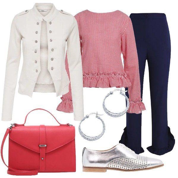 I pantaloni blu a vita alta sono corti alla caviglia e presentano dei decori di rouches al fondo. Sono abbinati alla blusa a quadretti bianco e rossi movimentata da balze sia sull'orlo che al fondo delle maniche e alla giacca aderente in cotone bianco, stile militare con bottoni argentati che decorano il davanti. Ai piedi stringate basse argento con forellini e come borsa una tracollina rossa modello cartella con manico. Per finire orecchini in argento a cerchio.