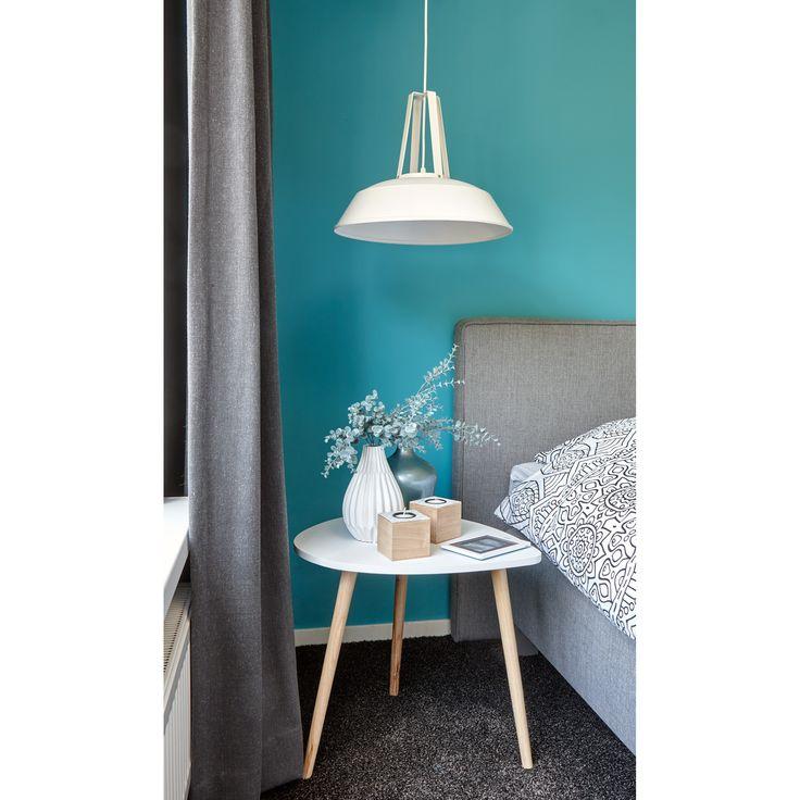 Metalen hanglamp Jason is mooi te combineren met een kleuraccent. Bekijk deze lamp in verschillende kleuren op https://www.kwantum.nl/verlichting. #kwantum #interior #slaapkamer #slaapkamerverlichting