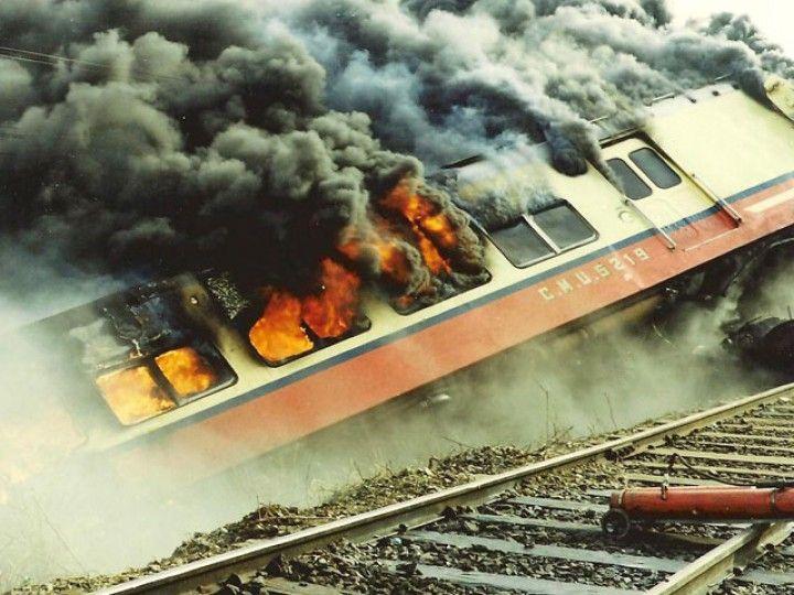 Coche motor Fiat CMU 5219 ardiendo en llamas tras sufrir un accidente. -