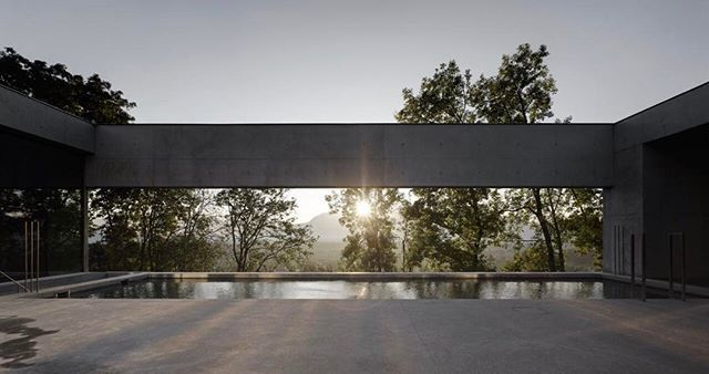 Via thehardt House of Yards by Marte.Marte Architects located in western Austria with unreal views towards the Rhine Valley. The concrete house sits on a sloped site overlooking the valley which lies between Vorarlberg and the Swiss canton of St. Gallen. The swimming pool and deck occupy the largest of these patios – a cutout located on the property's upper level. Aband of concrete stretches across the open side of the courtyard, framingthe view ofthe valley. #Concrete #Austria…
