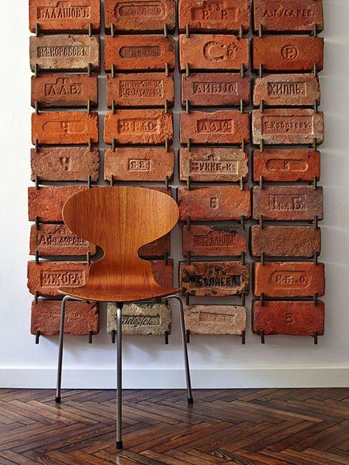 Cadeira de Madeira e Parede de Tijolos  Fonte:  bloodandchampagne