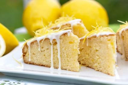 Kawałek ciasta z cytrynową skórką oraz polewą z cukru pudru :)