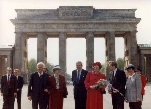Tijdens het tweedaagse staatsbezoek aan Duitsland in april 1991 brengen koningin Beatrix en prins Claus een bezoek aan de Brandenburger Tor in Berlijn. Het koninklijk paar is in gezelschap van president Von Weisaecker(links) en de burgemeester van Berlijn Eberhard Diepgen (rechts)
