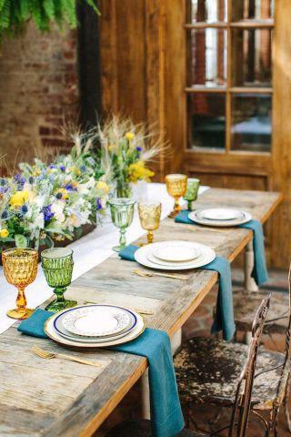 Para aqueles que preferem um almoço mais simples, flores coloridas taças e louças de diferentes cores e detalhes deixam a decoração mais despojada, porém, linda.