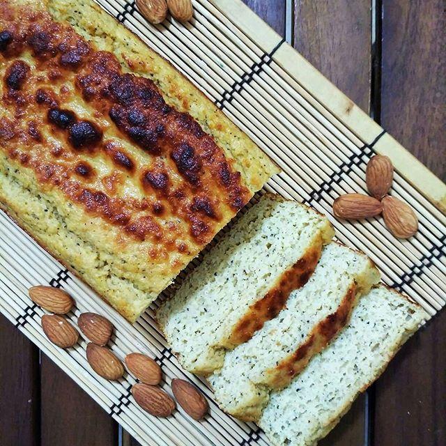 ~~ Bizcocho de kiwi y almendra~~ 🍴 Ingredientes: - 50 gr de harina de garbanzo (sino tenéis la podéis sustituir por cualquier otra harina) - 50 gr de harina de avena integral 🌾 - 50 gr de almendra molida🌰 - 10 gr de levadura - 1 huevo entero🥚 - 100 ml de claras - 65 gr de Yogur natural🍶 - 2 kiwis maduros 🥝 - Canela - Endulzante al gusto: stevia, miel.... . 📝 Paso a paso: . 1. En primer lugar, precalentar el horno a 180° C🔥 2. Por una parte, poner los ingredientes húmedos (huevo...