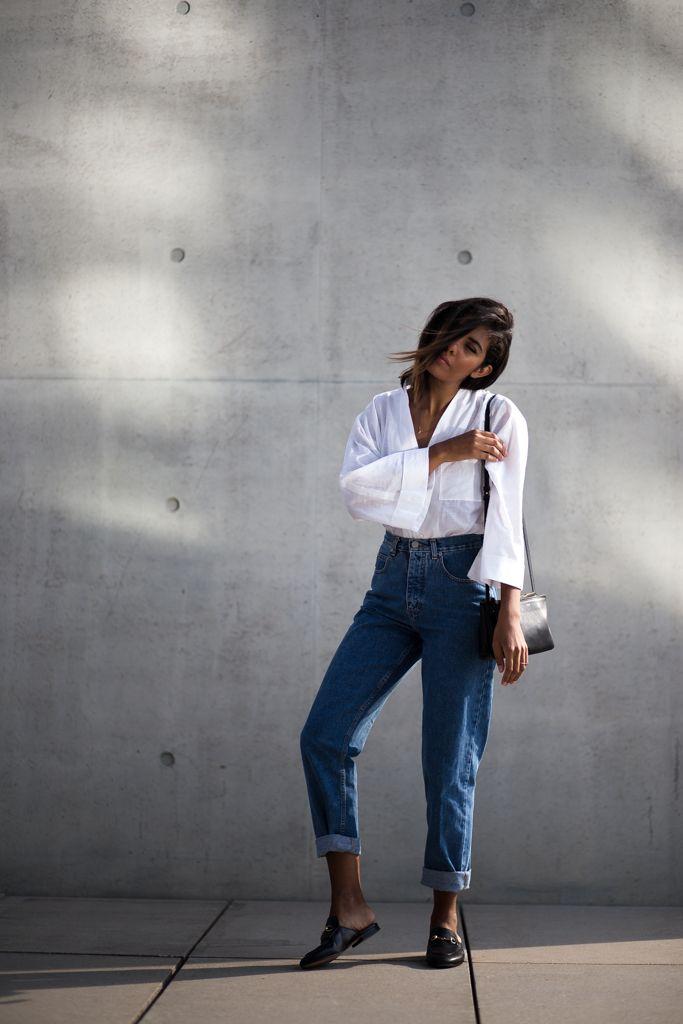 Mom Jeans zu Oversized Shirt und Gucci Slipper.