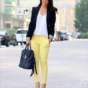 イエローカラー・黄色クロップドパンツと白Tシャツと黒ジャケットコーデ