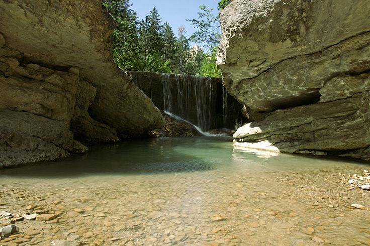 On north side of Mont Ventoux, the Vallée du Toulourenc offers a stroll with your feet in the water for several miles in the bed of the river, an adventure punctuated by swimming in crystal clear water. © shorty25 - Fotolia.com