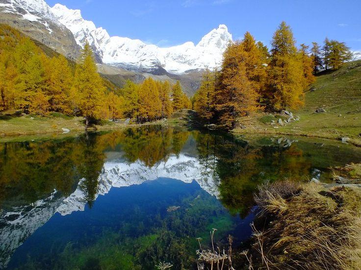 Suggestiva veduta del Lago Layet nei pressi di Breuil-Cervinia, noto come Lago Blu per via del suo inconfondibile colore generato dalle alghe presenti sul fondo del lago. B&B in Valle d'Aosta qui http://bedandbreakfast.place/it/bb-valle-d-aosta