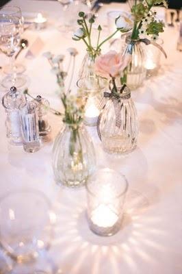 Fint med enkle små vaser som dette, men med røde roser i samme farge som jeg har bilder av. Du ser kommentar på de bildet av de røde rosene:)