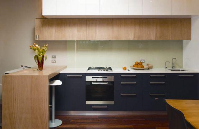 cocina berenjena y madera clara1