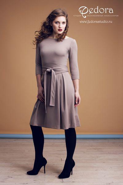 Платье Шанталь приятного бежевого цвета! Великолепное базовое платье! Рукав 3/4. Красивая струящаяся юбка и эффектный пояс - кушак! Состав вискоза. Мягкий и приятный трикотаж. Размер 42-48.  5500 руб