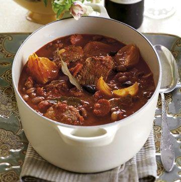 Byd gæsterne på en saftig kalvegryde med bønner, chorizo og oliven. Gryderetten er perfekt som gæstemad, da den er let at tilberede og kan forberedes i god tid.
