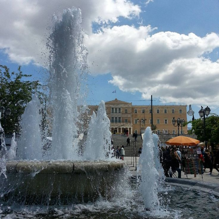 Playing fountain in the middle of the square #Αθήνα #Ελλάδα #athens #greece  #touristforaday #traveldiary #traveltips #travelgram #tripstagram http://tipsrazzi.com/ipost/1500244613495372658/?code=BTR8Ib_lbty