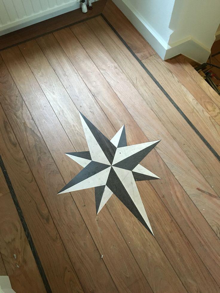 Bij klant in Roermond windroos gemaakt van maple en wenge verwerkt in een afzelia tapis vloer