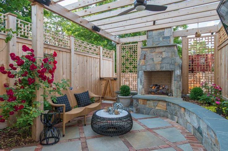 Kleiner Garten mit Kamin und Sitzbank in einem Design