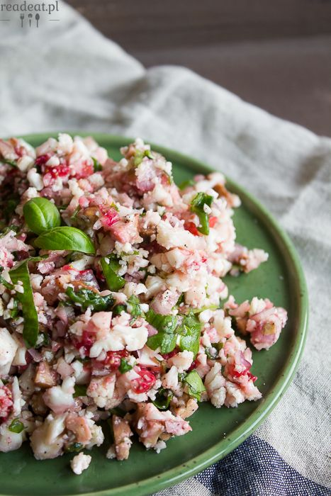 Raw cauliflower salad with strawberries, tempeh and sorrel