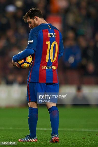 Fotografía de noticias : Lionel Messi of Barcelona looks on during the La...